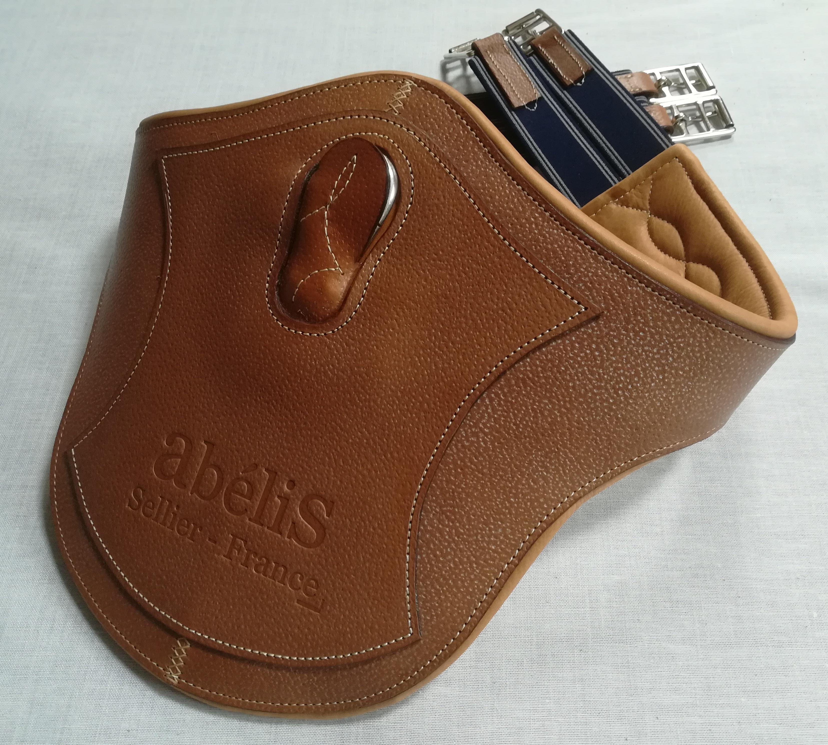 Accessoires équitation en cuir : la sangle bavette X confort par Abélis Sellier votre maitre artisans sellier